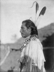 Seorang anggota suku Indian Mandan, di dataran Amerika (foto oleh Edward Curtis, 1908).